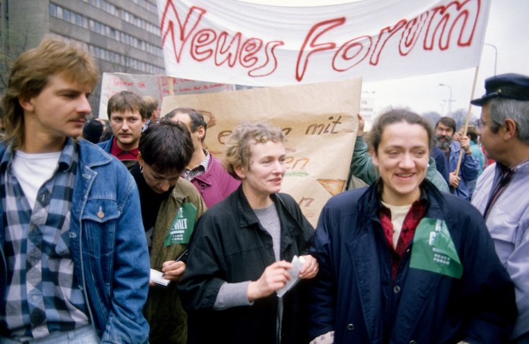 Die Gründungsmitglieder des Neuen Forums, Bärbel Bohley (Mitte) und Jutta Seidel (r.), während der Demonstration am 4. November 1989. Quelle: Archiv StAufarb, Bestand Klaus Mehner, 89_1104_POL-Demo_53